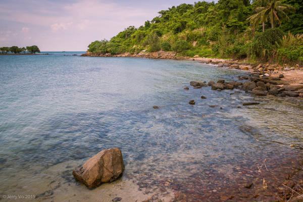 Trong hành trình khám phá quần đảo Hải Tặc, du khách sẽ được thả mình trên bãi biển hoang sơ, thơ mộng. Bãi tắm ở đây được cho là sạch nhất khu vực Hà Tiên, nước biển luôn trong xanh như ngọc. Bạn có thể lặn ngắm san hô, bắt ốc, cầu gai và tự tay chế biến những món ăn tươi ngon, thưởng thức bữa tiệc nướng ngay tại bãi biển.