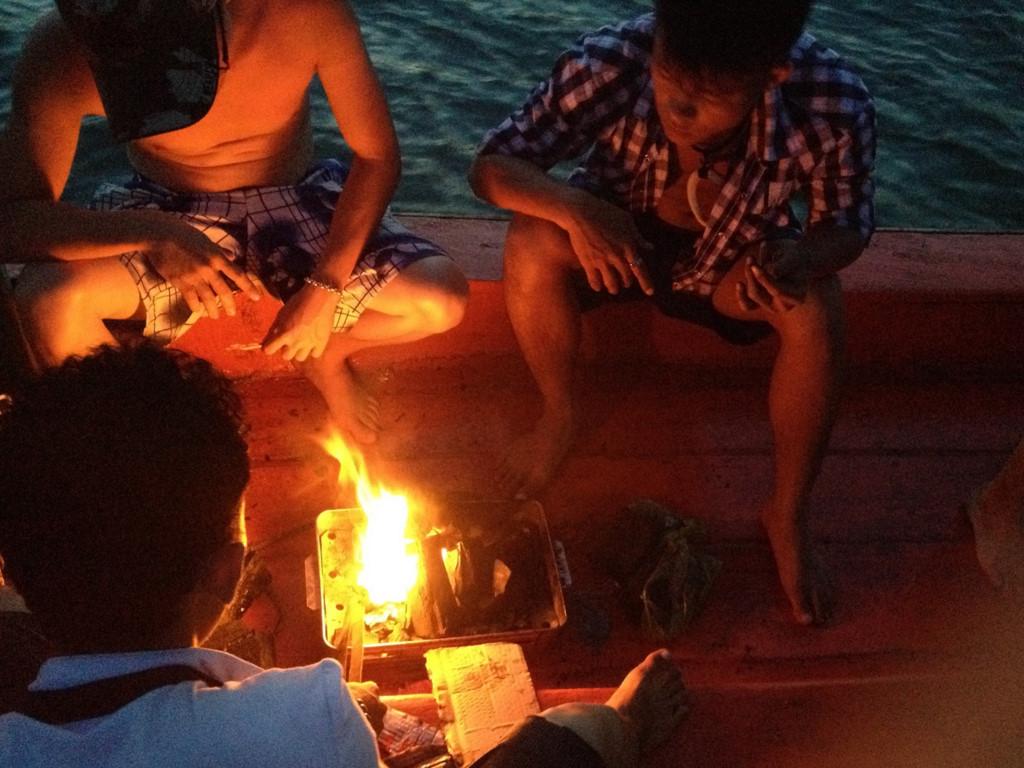 Chiều tối, bạn có thể ra cảng thuê tàu của người dân đi câu mực vào ban đêm và có bữa tiệc BBQ hấp dẫn trên biển.