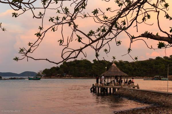 Đến nơi, nghỉ ngơi một chút, buổi trưa chúng tôi có hoạt động rất hấp dẫn là hòa mình vào cuộc sống của ngư dân nơi đây, tự tay bắt ốc, cua, nhum, câu cá...