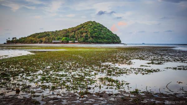 Ba Hòn Đầm không quá lớn, chỉ cần 15 phút là bạn có thể đi bộ được một vòng quanh đảo. Đặc biệt là tại đây, các bạn có thể đi bộ trên biển từ hòn này sang hòn khác với mực nước chỉ khoảng nửa người .