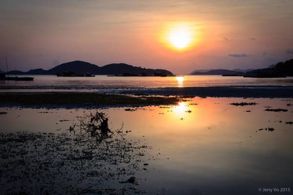 Điều không thể bỏ lỡ khi đến đây là ngắm hoàng hôn hay bình minh trên đảo. Giữa không gian bao la của đất trời, hòa mình vào khoảnh khắc tuyệt diệu của thiên nhiên bạn sẽ thấy cuộc sống tươi đẹp hơn bao giờ hết.