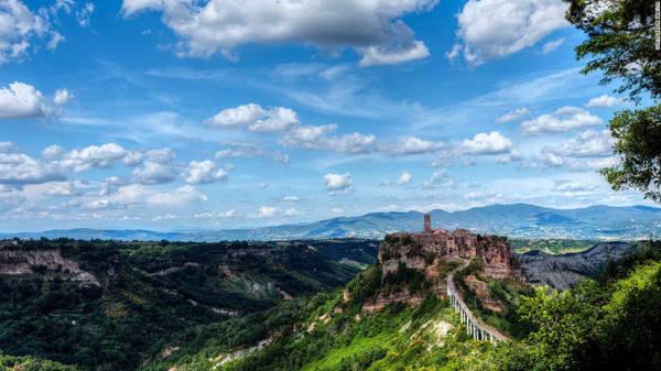 Civita di Bagnoregio, Viterbo: Thị trấn này được người Etrusca xây dựng cách đây 2.500 năm, trên cao nguyên đá nhìn xuống thung lũng sông Tiber. Thị trấn cổ đang đối mặt nguy hiểm từ tình trạng xói mòn.