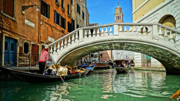 Venice: Nằm ở phía đông bắc Italy, Venice là một trong những thị trấn có phong cảnh đẹp nhất thế giới. Thị trấn được xây dựng tại vùng đất ngập nước với 100 hòn đảo kết nối với nhau bằng hệ thống kênh và các cây cầu.