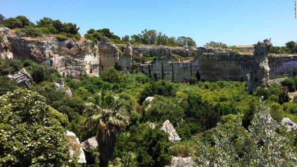 Công viên khảo cổ Neapolis, Syracuse: Công viên lưu giữ tàn tích của thành phố Syracuse cổ đại với nhiều công trình vẫn tồn tại tới ngày nay như mỏ đá Latomia del Paradiso, nhà hát trên vách đá và đấu trường La Mã.