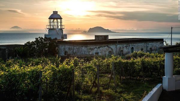 Salina, Sicily: Salina là hòn đảo lớn thứ hai và xanh nhất trên quần đảo Aeolian. Nó được hình thành từ hai núi lửa Monte dei Porri và Monte Fossa delle Felci. Sườn của các ngọn núi này trở thành nơi canh tác nho, ô liu và bạch hoa, trong khi cảng Santa Marina Salina là điểm tập trung đông du khách.