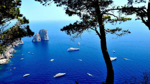 Capri, Napoli: Hòn đảo Capri có tầm nhìn tuyệt đẹp ra biển Địa Trung Hải và trở thành điểm đến hấp dẫn của các ngôi sao Hollywood trong nhiều thập kỷ qua. Điểm đến nổi tiếng ở đây là 3 mỏm đá Faraglioni hình thành qua quá trình xói mòn.