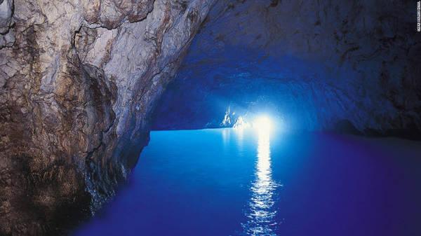 Blue Grotto, Capri: Blue Grotto là hàng động trên biển với ánh sáng xanh chiếu vào bên trong qua lối vào cao chưa đầy 1m.