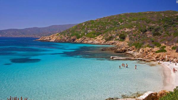 Cala Sabina, Asinara: Asinara là hòn đảo không có người sinh sống ở ngoài khơi múi tây bắc Sardinia. Nơi đây nổi tiếng với những con lừa bạch tạng và trong quá khứ từng là nơi sống của người bệnh phong và nhà tù. Nhưng hòn đảo này hiện trở thành điểm du lịch hấp dẫn với nhiều vịnh đẹp như Cala Sabina.