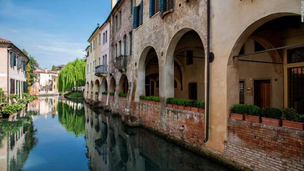 Treviso, Veneto: Hệ thông kênh, đường phố lát đá cuội, tường thành cổ kính và nhà thờ đã tạo nên sự cuối hút cho thành phố Treviso. Nó được ví như là phiên bản sao chép của thành phố Venice.