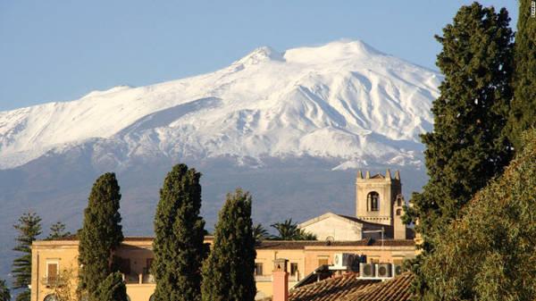 Núi Etna, Sicily: Núi Etna nhìn xuống thành phố Messina và Catania ở phía đông vùng Sicily. Với độ cao 3.329 m, đây là ngọn núi lửa đang hoạt động cao nhất ở châu Âu. Dung nham từ núi lửa là nguồn cung cấp dưỡng chất cho các vùng canh tác nông nghiệp xung quanh.