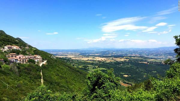 Núi Soratte và thung lũng Tiber, Rome: Núi Soratte nằm ở phía bắc thành phố Rome cạnh sông Tiber. Nó có chiều dài 5,5 m với 6 đỉnh cao khoảng 690m. Trong khi đó, Tiber là sông dài thứ 3 ở Italia với thung lũng xanh mướt hai bên bờ.