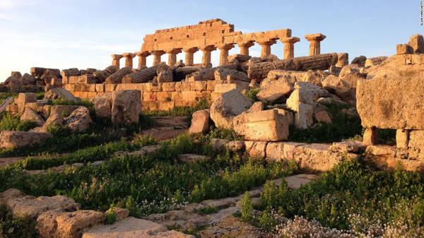 Công viên địa chất Selinunte, Sicily: Hành trình khám phá dọc thành phố cổ Selinunte trên bờ biển ở vùng Sicily đưa du khách tới 5 ngôi đền nổi tiếng của nền văn minh cổ đại, bao gồm đền Hera nằm trên vách núi nhìn xuống biển.