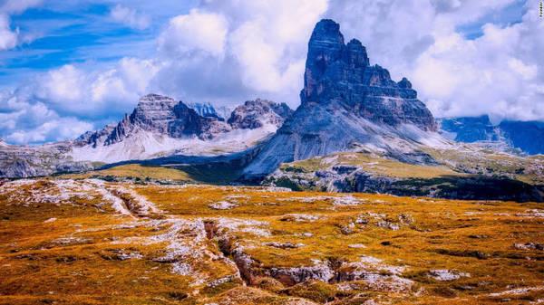 Dolomites: Đây là dãy núi ở miền đông bắc Italia, nổi tiếng với các hoạt động thể thao tuyết vào mùa đông cũng như leo núi và đi bộ đường trường vào mùa hè. Đỉnh cao nhất là Marmolada (3.343 m).