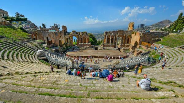 Taormina, Sicily: Taormina là điểm du lịch hấp dẫn tại bờ biển phía đông vùng Sicily. Nơi đây nổi tiếng với phong cảnh biển đẹp, lịch sử giao thoa giữa Hi Lạp và La Mã, bãi biển và ẩm thực đa dạng.