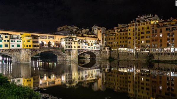 Ponte Vecchio, Florence: Đây là cây cầu duy nhất bắc qua sông Arno. Nó nổi tiếng với những cửa hàng nằm dọc hành lang cầu bao gồm cửa hàng kim hoàn, tranh và đồ lưu niệm.