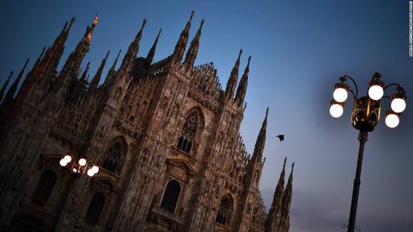 Duomo, Milan: Đây là nhà thờ theo cách kiến trúc Gô-tích được xây dựng trong thời gian gần 6 thế kỷ. Duomo là nhà thờ lớn nhất ở Italia (trừ nhà thờ St. Peter's và Vatican) và là nhà thờ Thiên chúa lớn thứ 5 thế giới.