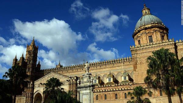 Palermo: Thủ phủ của vùng Sicily nổi tiếng với các công trình kiến trúc cổ kính, văn hóa và nghệ thuật. Thành phố cảng này được bao quanh bởi những dãy núi và từ lâu trở thành điểm giao thoa giữa văn hóa châu Âu và Ả Rập.