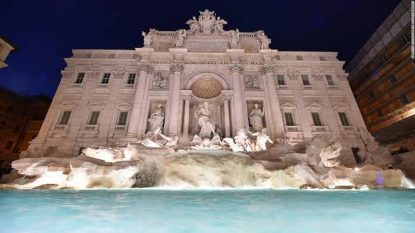 Đài phun nước Trevi, Rome: Công trình này được xây dựng xong vào năm 1762 tại đoạn giao cắt giữa 3 tuyến phố. Khoảng 3.000 euro bằng tiền xu được du khách thả xuống đài phun nước này để làm từ thiện.