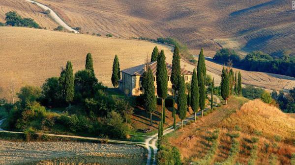 Tuscany: Khu vực này nổi tiếng với những ngọn đồi uốn lợn, làng quê thanh bình, vườn nho và khung cảnh đẹp như mơ. Nơi đây cũng có nhiều thành phố cổ hấp dẫn như Florence, và Pisa.