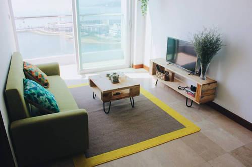 Từ tầng 16 của homestay, khách có thể nhìn thấy đảo Tuần Châu và đảo Rều.