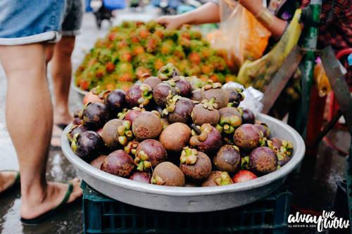 Trái cây được trồng tại các vườn của Phú Quốc có giá cả dễ chịu và hương vị không hề thua kém các tỉnh thành chuyên trồng trái cây khác. Bạn ra chợ sớm Dương Đông sẽ bắt gặp nhiều loại trái cây được bày bán, đặc biệt luôn đầy ắp chôm chôm hay măng cụt vào mùa hè.