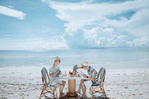 Ngoài ẩm thực, đôi tình nhân còn chia sẻ nhiều hình ảnh lãng mạn như thưởng thức bữa ăn trên bãi biển lộng gió hay cùng nhau chèo thuyền, nằm thảnh thơi tận hưởng khoảng thời gian thư thái, ngọt ngào.