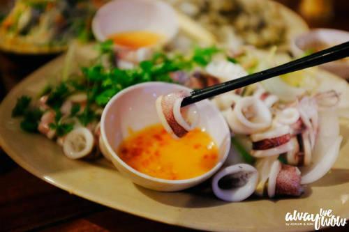 Nếu không có thời gian ra hòn Mây Rút ăn mực hấp thì bạn có thể ghé đến quán Ra Khơi (131 đường 30/4, Dương Đông, Phú Quốc) để được thưởng thức vị ngọt ngào của mực hấp tươi. Tuy không phải mực trứng nhưng cũng ngon không kém. Đây là một trong những nhà hàng hải sản lớn và đông khách nhất tại Phú Quốc. Hải sản ở đây được nuôi trong bể và phục vụ ngay khi khách chọn xong. Tuy giá cả cũng không mềm lắm, nhưng bù lại hương vị tươi ngon cũng đủ chiều lòng thực khách tứ phương.
