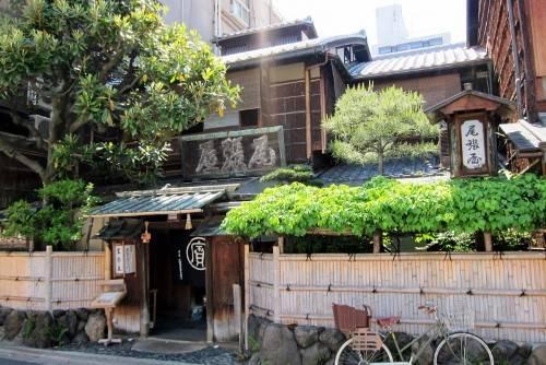 Honke Owariya với lịch sử hơn 550 năm nổi tiếng là quán mì soba ngon nhất, lâu đời nhất Kyoto. Quán nằm trong tòa nhà gỗ cũ, phía nam lâu đài Hoàng gia. Đây là quán ăn phục vụ cho gia đình hoàng tộc, tướng lĩnh cũng như thầy tu trong các chùa ở cố đô qua nhiều thế kỷ. Ngoài mỳ, quán cũng được biết tới với nhiều loại bánh kẹo. Ảnh: Wally Gobetz.