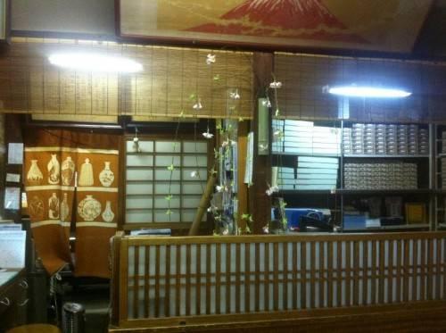 Honke Owariya mở cửa từ năm 1465 với mục đích ban đầu là cửa hàng bánh kẹo, nhưng về sau mì soba mới là món ăn làm nên danh tiếng của quán. Theo Deep Kyoto, quán đã làm mì cách đây 300 - 400 năm. Những thực khách thích đồ ngọt cũng không phải thất vọng vì quán vẫn còn bán bánh kẹo ở quầy trước cửa. Ảnh: Bonson Lam.