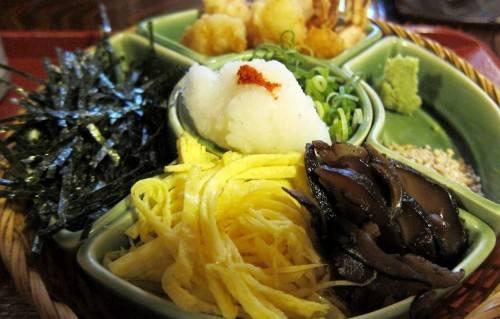"""Rong biển xắt nhỏ, củ cải, hành, trứng, tempura tôm, nấm hương... là những thứ không thể thiếu khi ăn mì. Tùy theo mùa mà nhà hàng còn có thêm như tempura măng. Nước dùng chính là """"linh hồn"""" của tô mì soba tại Honke Owariya. Theo lời chủ quán đời thứ 15, Inaoka: """"Thời gian lý tưởng nhất để ăn mì soba là vào mùa thu, ngay sau mùa thu hoạch kiều mạch"""". Năm 2014, Inaoka Ariko là con gái Inaoka và trở thành chủ quán thứ 16. Ảnh: Wally Gobetz."""