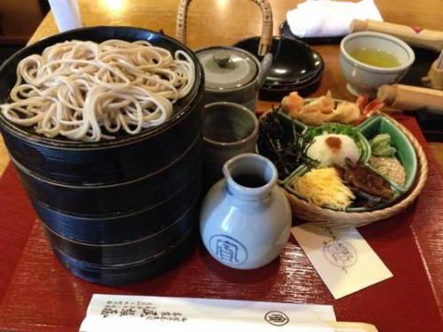 """Mì soba được làm từ bột kiều mạch và bột mì. Món này có thể ăn cả nóng hoặc lạnh tùy vào mùa. Japan Travel từng viết, nhà hàng sử dụng nguồn nước suối """"mát lành nhất"""" của Kyoto để làm nên nước dùng thơm ngon. Quán dùng bột kiều mạch từ Hokkaido, dùng tảo bẹ rishiri để gia giảm hương vị cho nước dùng dashi và tuyệt nhiên không dùng thêm gì khác. Ảnh: shuuji_shirasu."""