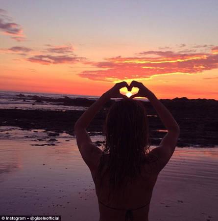 """Phong cách """"cả thế giới trong lòng bàn tay"""": Những bức ảnh về hoàng hôn luôn luôn truyền cảm hứng cho du khách yêu chụp ảnh. Với kiểu tạo dáng để mặt trời trong lòng bàn tay, người mẫu Gisele Bündchen luôn nhận hàng nghìn like mỗi khi đăng ảnh lên mạng xã hội."""