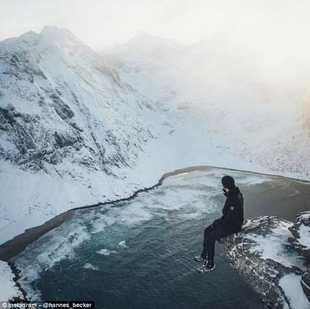 Chụp ở những địa điểm nguy hiểm: Tài khoản hannes_becker, người Đức, được coi như ngôi sao của Instagram nhờ tấm ảnh anh ngồi vắt vẻo trên mỏm Lưỡi Quỷ ở Na Uy, nhận được hơn 54.000 lượt người thích.