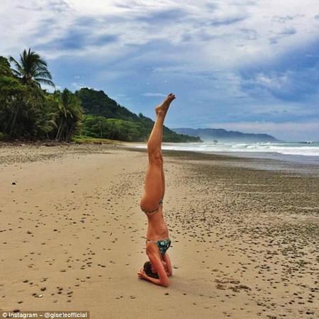 Tập yoga trên bãi biển: Cho dù có thân hình đẹp hay chưa được đẹp cũng không sao, chỉ cần biết vài động tác yoga, hãy tự tin khoe dáng ở bãi biển mà bạn đến du lịch. Với phong cách này, người mẫu Gisele Bündchen đã nhận được hơn 200.000 lượt yêu thích.