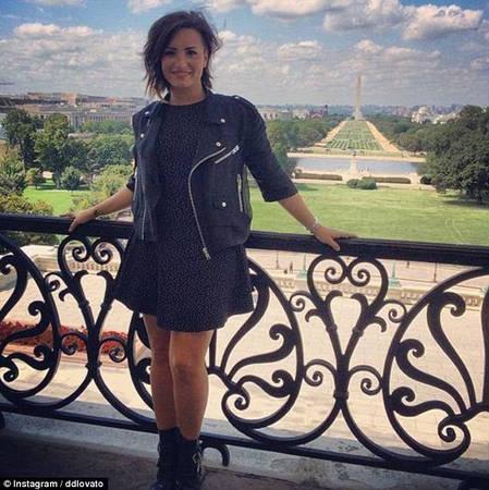 Tạo dáng bên ban công: Ban công các tòa nhà, phía xa là khung cảnh đẹp hoặc biểu tượng du lịch nào đó, dường như là một cách hoàn hảo để nhận được nhiều lượt yêu thích. Bức ảnh này được ca sĩ Demi Lovato thực hiện, giúp cô nhận lượng fan hâm mộ lên tới hơn 59 triệu người.