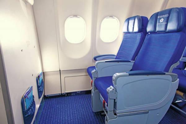 Hàng ghế cạnh vách ngăn chia khu sẽ có chỗ để chân thoải mái hơn. Ảnh: DestinAsia.