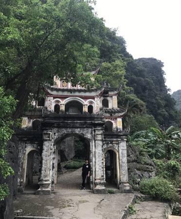 Cổng vào chùa Bích Động.