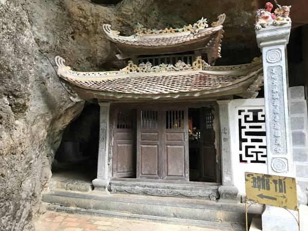 Động tối ở ngay phía sau chùa trung cũng là lối để đi lên chùa thượng.