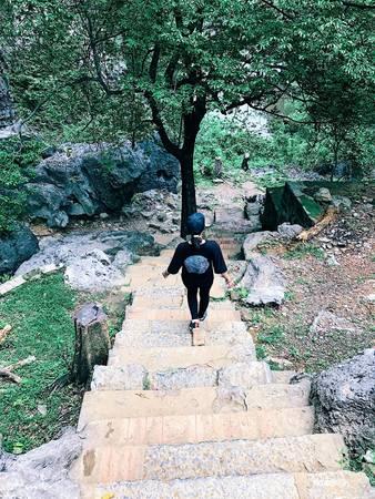 Những bậc thang nối giữa chùa trung và chùa thượng.