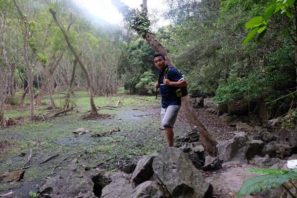 Từ Ao Ếch men theo sườn núi khoảng 4 km là con đường dẫn vào làng chài Việt Hải, đoạn đường này khó khăn hơn bởi những phiến đá to, nhẵn, dốc đá khúc khuỷu, cây dây leo quấn. Đi hết núi cao là đến thung lũng mọc rất nhiều lá lốt bạn sẽ nhìn thấy ngôi làng dần xuất hiện.