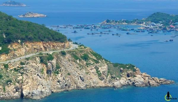 """Được coi là """"một cung đường nối liền hai tỉnh"""", điểm xuất phát sẽ bắt đầu từ bãi biển Ninh Chữ của tỉnh Ninh Thuận, đi dọc biển theo lối quốc lộ DT702 và kết thúc tại bán đảo Bình Lập tỉnh Khánh Hòa."""