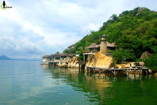 """Kết thúc cung đường, cũng là kết thúc chặng Tam Bình (Bình Hưng, Bình Tiên, Bình Lập) bạn sẽ đến với bán đảo Bình Lập, ngày nay trực thuộc thành phố Cam Ranh, tỉnh Khánh Hòa. Nằm án ngữ vịnh Cam Ranh, bán đảo Bình Lập có khá nhiều resort, khu nghỉ dưỡng tuyệt đẹp, rất phù hợp cho các gia đình có nhu cầu đi nghỉ dưỡng. Nổi bật nhất chính là Resort Ngọc Sương, chính là bối cảnh chính trong bộ phim nổi tiếng """"Những nụ hôn rực rỡ""""."""