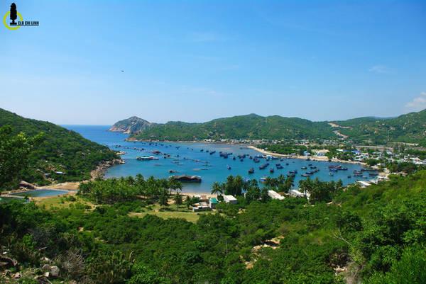 Toàn cảnh vịnh Vĩnh Hy nhìn từ trên cao, đây được coi là một trong bốn vịnh biển đẹp nhất nước ta. Vĩnh Hy rất nổi tiếng bởi hải sản nuôi trên bè cùng tour du lịch ngắm san hô bằng tàu đáy kính.