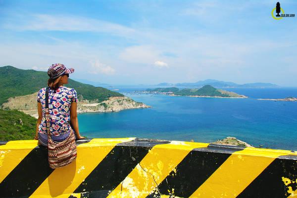 Qua Vĩnh Hy vượt đỉnh đèo là lúc bạn đã sang mặt bên kia của vườn Quốc gia Núi Chúa, nơi có thể nhìn ngắm toàn cảnh đảo Bình Hưng. Đoạn đèo này hiện nay được xây rất nhiều điểm dừng chân cho du khách có thể thưởng lãm phong cảnh bên dưới.