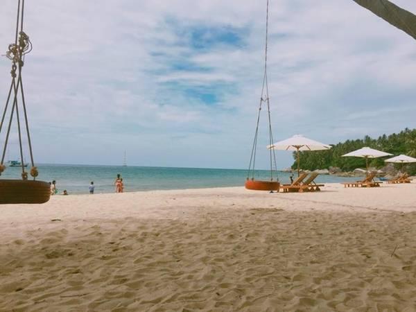 Các bãi tắm trên đảo rất sạch. Nếu như trước đây chỉ là bãi biển hoang sơ thì giờ đã có ghế ngả, xích đu... cho du khách thuận tiện nghỉ ngơi sau khi tắm hoặc chụp ảnh.