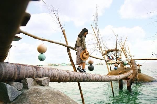 Những cây dừa đổ ngang cũng được tạo thành cây cầu xinh xắn. Hai điểm đến nổi bật nhất trên hòn đảo nhỏ này là đỉnh Ma Thiên Lãnh và Bãi Bàng. Bạn nên đi Ma Thiên Lãnh vào buổi sáng, tắm biển buổi chiều.