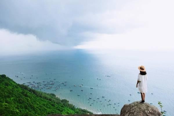 Trên hành trình leo Ma Thiên Lãnh có một điểm đặc biệt được gọi là Sân Tiên. Từ đây bạn ngắm cảnh Hòn Sơn từ trên cao, trời và nước xanh ngắt, thuyền bè như những nét chấm phá của bức tranh biển cả ấn tượng.