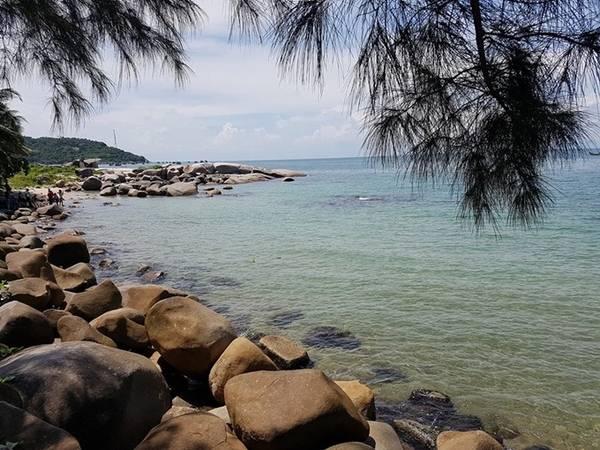 Buổi chiều, bạn đi dạo các bãi biển vòng quanh đảo để chụp ảnh ở bãi đá, rồi chọn những bãi tắm có cát thoai thoải. Hoặc đi vào làng tìm hiểu cuộc sống người dân chài.