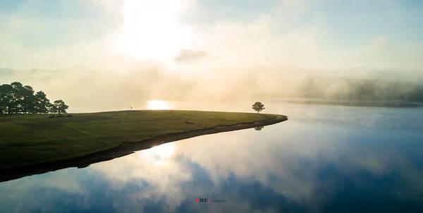 Lớp sương mờ ảo che lấp ánh mặt trời bên những đồi thông ngút ngàn, để đến khi những tia nắng bắt đầu xuất hiện, làn sương tan biến như những làn khói trắng huyền ảo trên mặt hồ.
