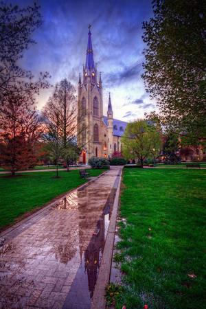 Số cựu sinh viên Notre Dame gần 120.000 và là thành viên của 275 câu lạc bộ cựu sinh viên trên khắp thế giới.